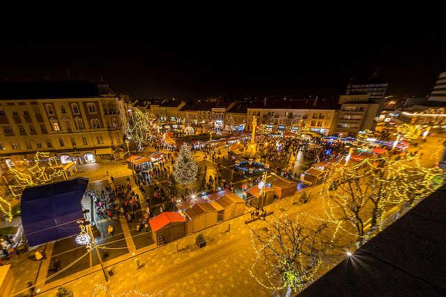 Karácsonyi fények a Fő téren