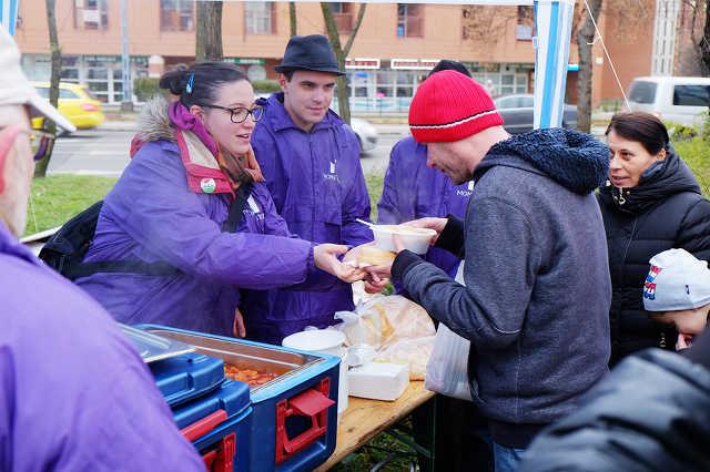 A Momentum ételt osztott Budapesten, hogy szolidaritásukat fejezzék ki a civilek mellett
