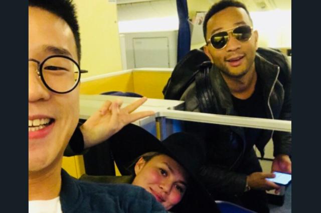 Chrissy Teigen és John Legend a repülőn