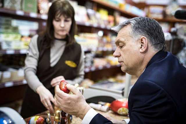 Orbán Viktor csokitojást válogat Szerencsen