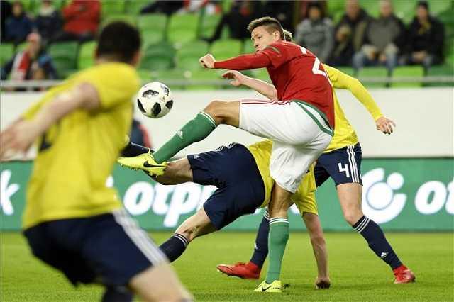 Guzmics Richárd (elöl) és a skót Jack Henry a Magyarország - Skócia barátságos labdarúgó-mérkőzésen Budapesten