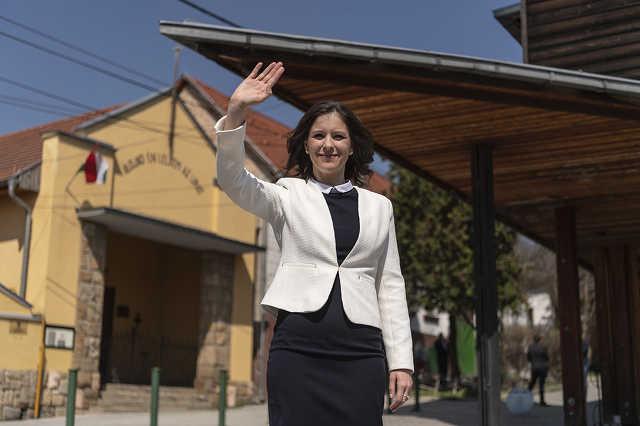 Szél Bernadett, az LMP miniszterelnök-jelöltje, miután leadta szavazatát Budakeszin, a Fő utcai bölcsődében