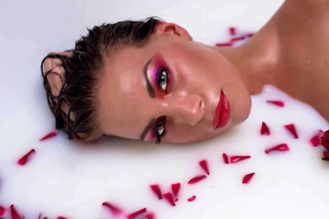 Tejben fürdik a vasi lány