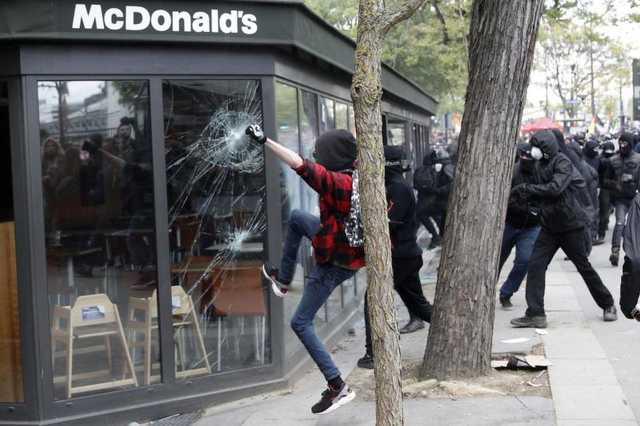 Szélsőbalos tüntetők randalíroznak Párizsban