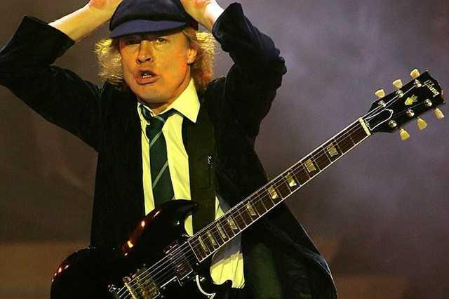 Angus Young (AC/DC) egy Gibson SG-vel