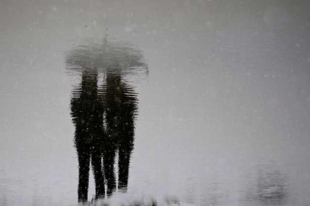 emberek esőben