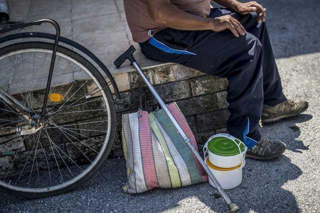 szegény férfi biciklivel