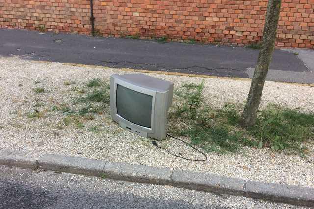 Kidobott tévé a Zrínyi utcában