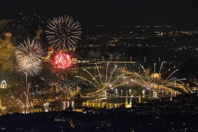 Tűzijáték a Duna felett Budapesten a nemzeti ünnepen, 2018. augusztus 20-án