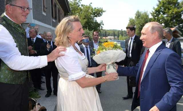 Putyin virágot ad a menyasszonynak, Karin Kneissl osztrák külögyminiszternek
