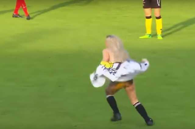 Pucér nő szaladt be a focimeccsre