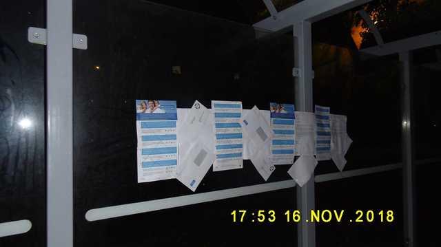 Nemzeti konzultációs levelekkel ragasztottak tele egy szombathelyi buszmegállót