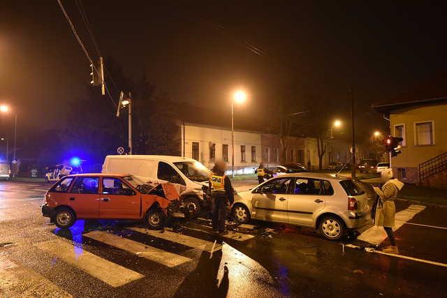 Gyalogosgázolás után három autó ütközött Szombathelyen telezöldnél