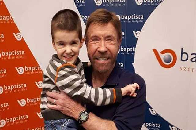 A szombathelyi Erdélyi Rolika magával Chuck Norrisszal fotózkodott