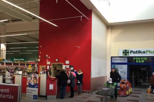 Áramkimaradás a szombathelyi Tesco Hipermarketben - Az üzletsor még sötétben áll