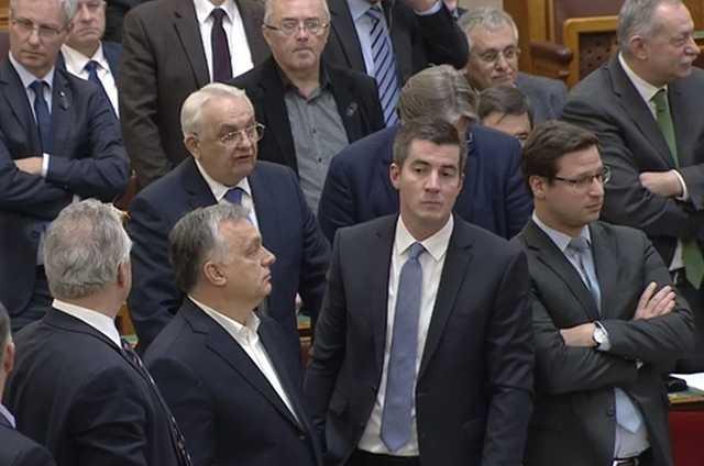 Orbánék az országgyűlés pulpitusán