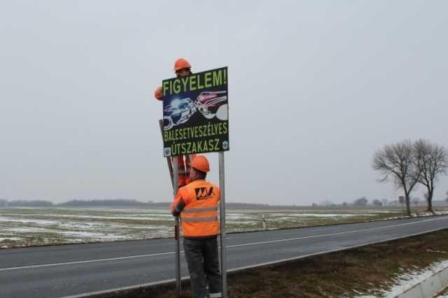 Balesetveszélyes útszakaszt jelöltek táblával Gércénél