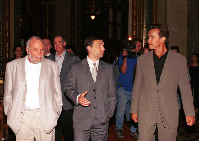 Andy Vajna, Orbán Viktor és Arnold Schwarzenegger 2000 júliusában az Országházban