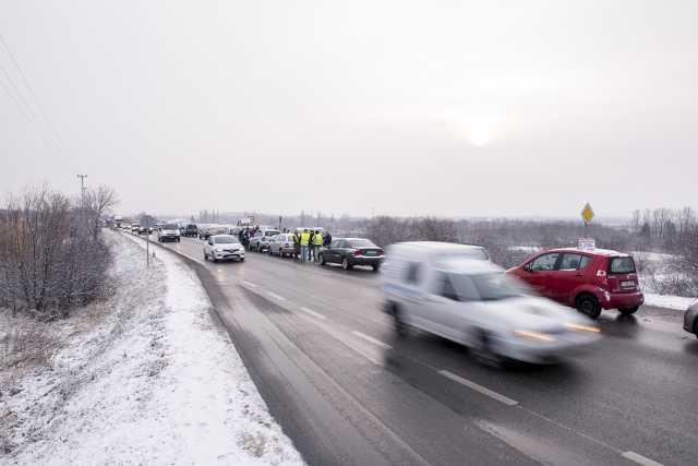Félpályás útlezárással tiltakoznak a szakszervezetek Pécsen