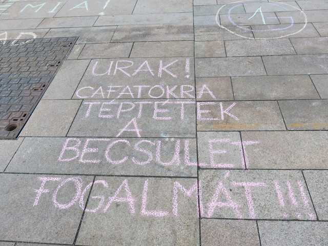 A Nők Ellanállási Mozgalmának demonstrációja Pécsen