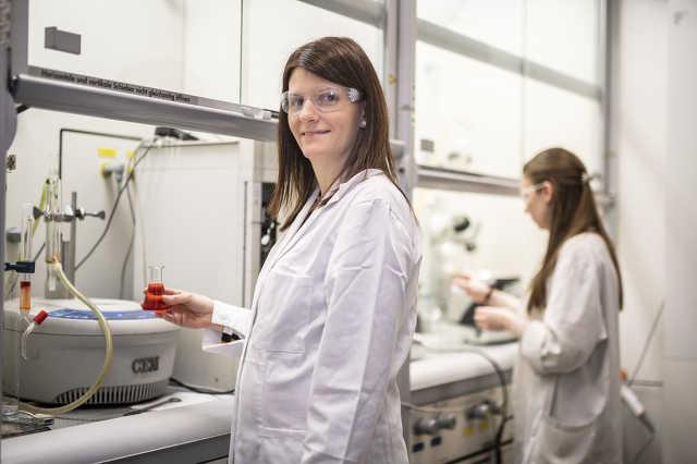 Dr. Bálint Erika csak egy kép erejéig ugrott be a laborba, a kísérleteket már az irodájából irányítja.