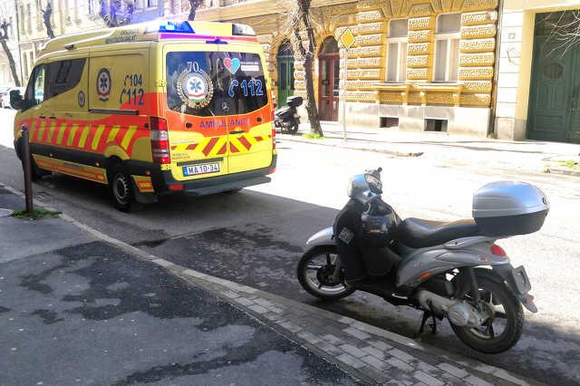 Elcsúszott és megsérült egy robogós a Király utcában