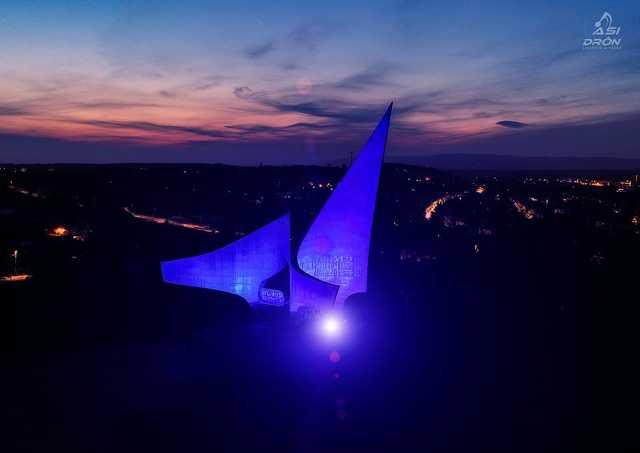 Kékbe borult az Emlékmű az autizmus világnapján