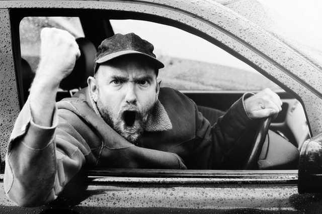 Mérges, dühös sofőr