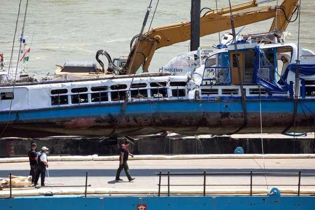 a Hableány turistahajó a kiemelése után egy uszályon