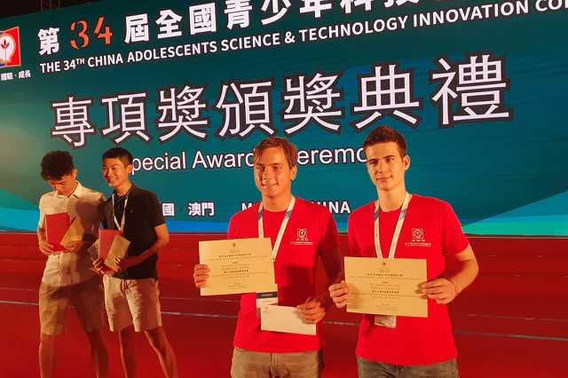 A szombathelyi ELTE Bolyi János Gyakorló Gimnázium két diákja, Székely Bálint és Dobos Dominik a 34. Kínai Ifjúsági Tudományos é