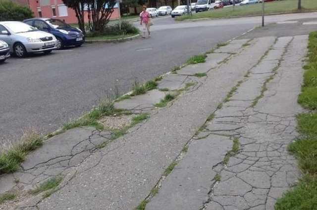Füves járda a Derkovitson