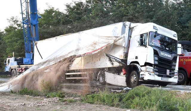 Így állítanak kerekeire egy árokba borult Scania kamiont