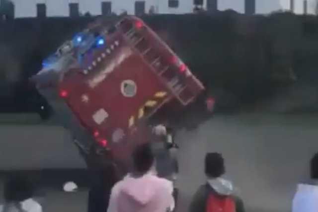 Felborult a tűzoltóautó a diákoknak tartott bemutatón