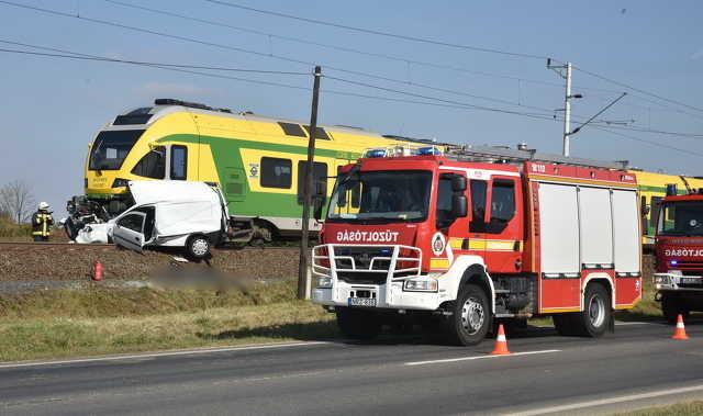 500 métert tolta a vonat az osztrák rendszámú Opel kisáruszállítót Körmendnél, meghalt a sofőr
