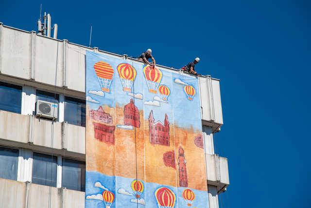 Szombathely legnagyobb festményének kihelyezése a Városházára