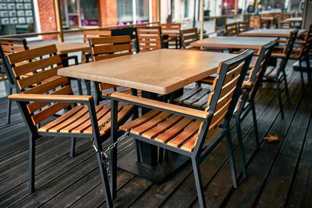Üres asztalok