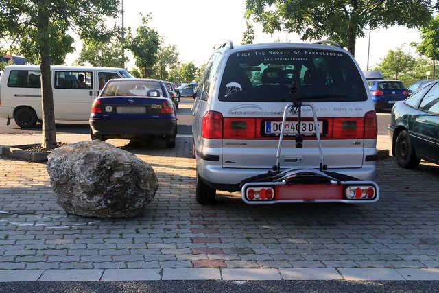 Sziklák a Tesco parkolóban