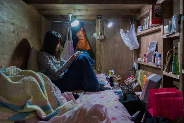 Elgondolkodtató fotósorozat emberekről, akik zsúfolt kapszulaszobákban élnek Tokióban