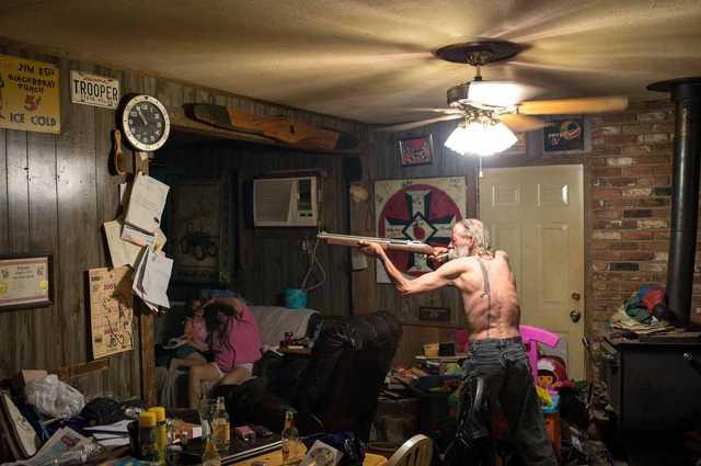Carl, aki egy ún. Imperial Wizard, azaz a legmagasabb rangú tagok egyike, sörétes puskával csótányra vadászik