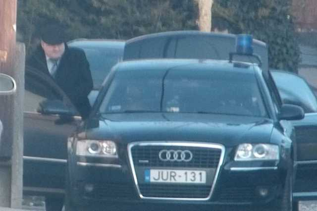 Hende és a szolgálati Audi