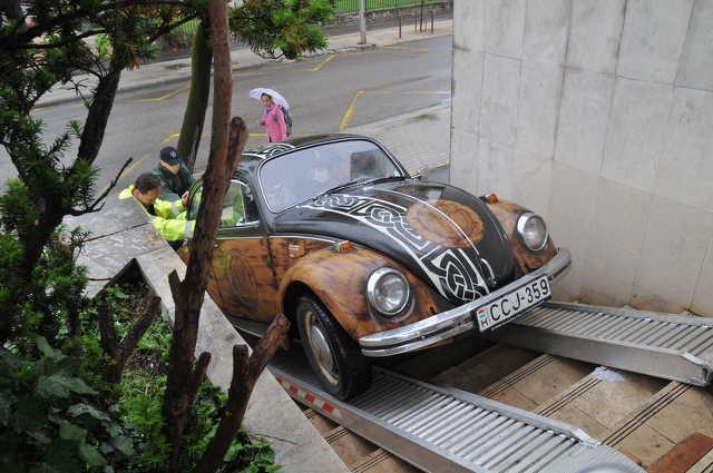 Autómentők juttatták be a VW Bogarat a Szombathelyi Képtárba