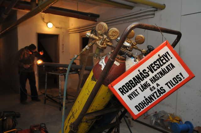 Megkezdődtek a munkák a gázszivárgás után kiköltöztetett szombathelyi háztömbben