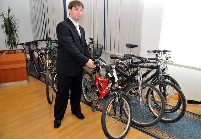 Kovács József őrnagy, alosztályvezető a lefoglalt biciklikkel
