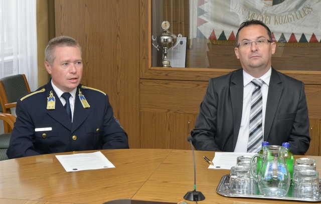 Gulyás Ferenc rendőrkapitány (b.) és Balogh Gábor, a bűnügyi osztály vezetője