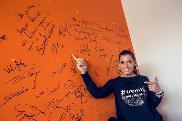 A Nyugat Rádió vendégfala, megannyi híresség aláírta már. Itt éppen Dér Heni mutatja autogramját.