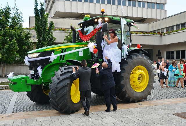 John Deere traktorral érkezett a menyasszony Szombathelyen