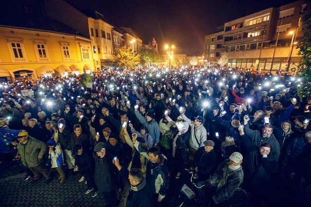 Tüntetés az internetadó ellen a szombathelyi városháza előtt
