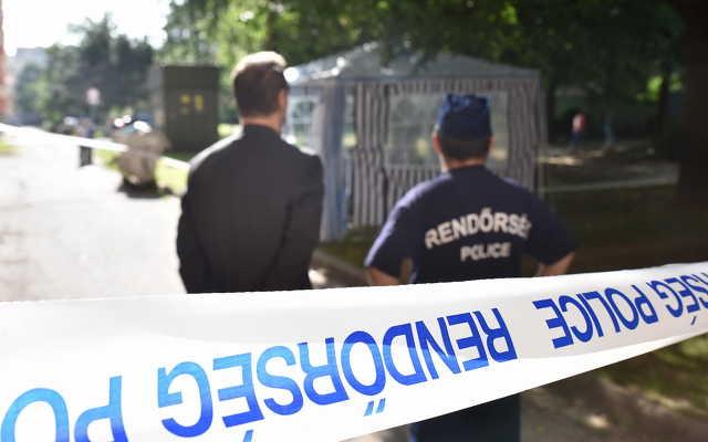 A rendőrség sátrat emelt a holttest fölé a vizsgálat idejére