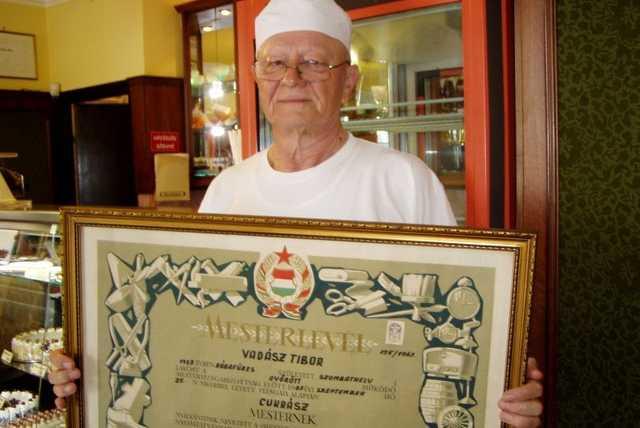 Vadász Tibor a 45 éves mesteroklevéllel