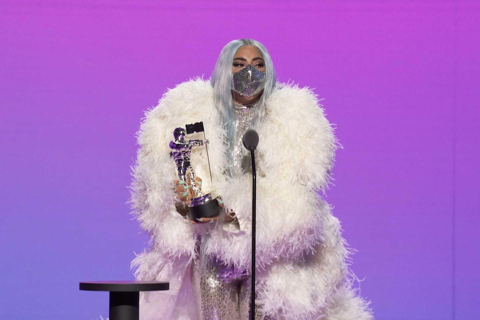 Maszkban vette át a díjat Lady Gaga.